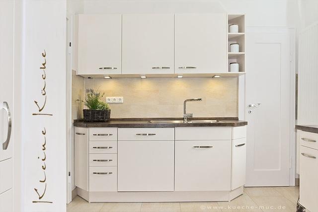 eine kleine kueche mit hellen fronten und dunkle arbeitsplatte. Black Bedroom Furniture Sets. Home Design Ideas