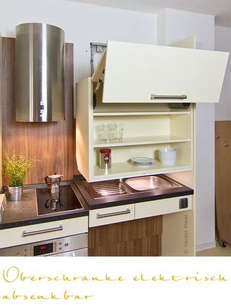 altersgerechte kueche mit elektrisch absenkbarem oberscrhrank. Black Bedroom Furniture Sets. Home Design Ideas